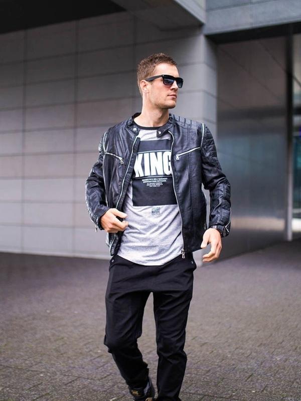 Stylizacja nr 276 - okulary, zegarek, kurtka skórzana, T-shirt z nadrukiem, joggery