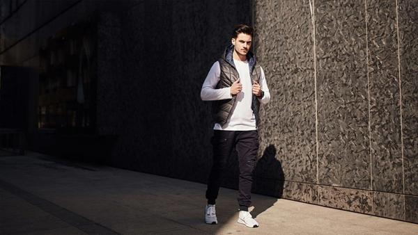 Stylizacja nr 434- Bezrękawnik pikowany, longsleeve, spodnie jeansowe joggery