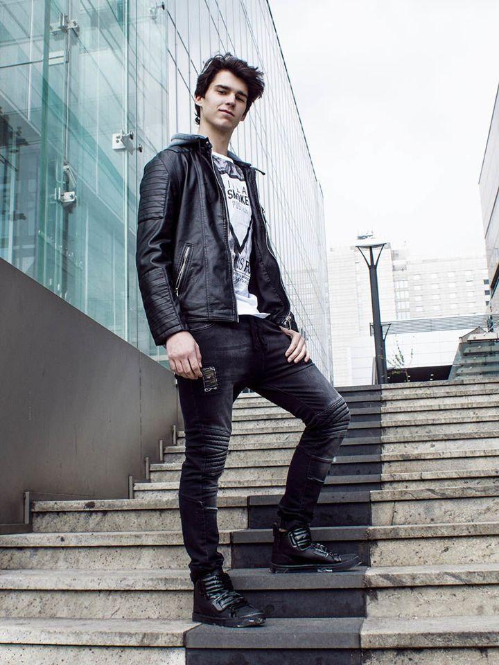 Stylizacja Nr 226 Kurtka Skorzana T Shirt Z Nadrukiem Spodnie Joggery Buty Sneakersy