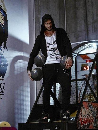 Stylizacja nr 141- bluza z kapturem, tank top, spodnie baggy, buty sneakersy