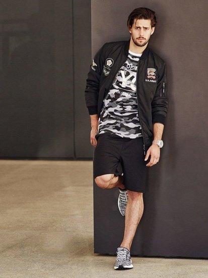 Stylizacja nr 264 - zegarek, kurtka przejściowa, T-shirt z nadrukiem, krótkie spodenki