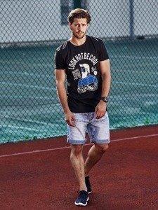 Stylizacja nr 270 - zegarek, T-shirt z nadrukiem, krótkie spodenki jeansowe, buty sportowe