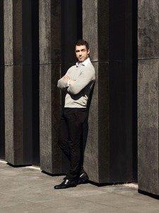 Stylizacja nr 311- sweter w serek, elegancka koszula, spodnie chinosy